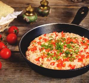 Przepis na omlet z pomidorami i mozzarellą
