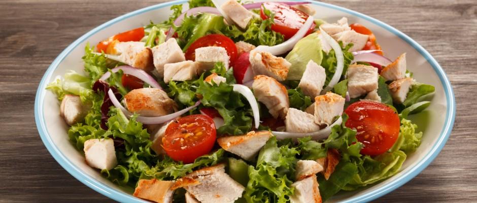 Sałatka cezar przepis tradycyjny z kurczakiem i grzankami